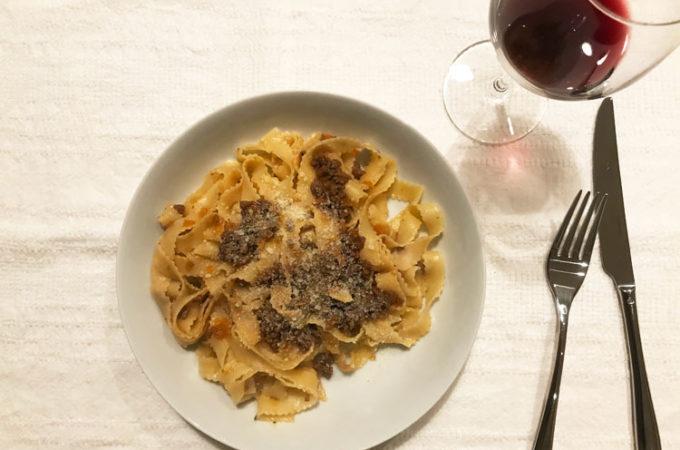 寒いときには肉たっぷりのミートソースと赤ワイン