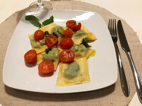 ラビオリ、トマトソース