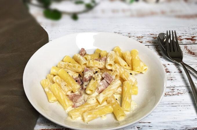 イタリア家庭の定番、生クリームとハムのパスタ