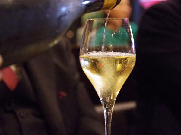 スパークリングワイングラスふくらみのあるタイプ